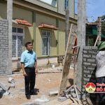 Đồng chí Ngọc Kim Nam – Bí thư Huyện ủy – Chủ tịch UBND huyện kiểm tra việc xây dựng nhà tình nghĩa cho các gia đình chính sách