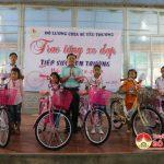"""Nhóm """"Đô Lương chia sẻ yêu thương"""" trao 21 xe đạp cho các em học sinh nghèo vượt khó"""