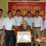 Đô Lương trao huy hiệu 70 năm tuổi Đảng cho các đảng viên