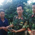 Chiến sĩ trẻ trả lại ví cho người bị mất