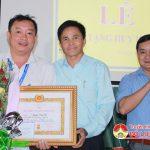 Đồng chí Lê Minh Giang trao huy hiệu Đảng tại trường THPT Đô Lương 2