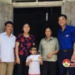 """Nhóm  """"Đô Lương – Chia sẻ yêu thương"""" tặng 11 triệu đồng cho 4 gia đình khó khăn."""