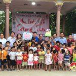 Đồng chí Nguyễn Thị Anh Quang- Phó chủ tịch UBND tặng quà cho các cháu thiếu nhi tại Trung tâm công tác xã hội tỉnh Nghệ An