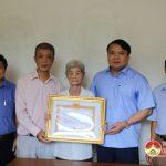 Đồng chí Phùng Thành Vinh – Phó bí thư huyện ủy trao huy hiệu 70 năm tuổi Đảng cho đảng viên