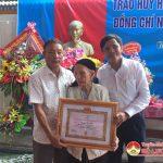 Đồng chí Lê Minh Giang trao huy hiệu 70 năm tuổi Đảng cho đảng viên Nguyễn Thị Hiếu