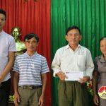 Nhà máy nước Hòa Sơn trao quà cho hộ nghèo.