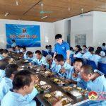 """Huyện đoàn Đô Lương: Tổ chức chương trình """"Bát cơm chia sẻ"""" tại Trung tâm bảo trợ xã hội"""