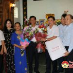 Đồng chí Thái Thanh Quý Ủy viên dự khuyết TW Đảng- Chủ tịch UBND tỉnh thăm và tặng quà các giáo viên đã nghỉ hưu