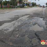 Đường mới sửa chữa đã bị bong tróc nhiều nơi
