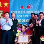 Đồng chí Phùng Thành Vinh – Phó bí thư – Chủ tịch UBND huyện trao huy hiệu 70 năm tuổi Đảng