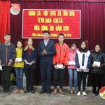 Đoàn xã Tân Sơn tặng 10 chăn ấm cho hộ nghèo