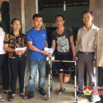 Đoàn xã Nam Sơn trao tặng 5 triệu đồng cho anh Nguyễn Đình Nguyên bị tai nạn rủi ro.
