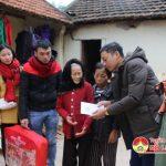 """Nhóm """" Đô Lương chia sẻ yêu thương"""" tặng quà cho các gia đình có hoàn cảnh khó khăn"""