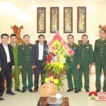 Đồng chí Lê Minh Giang  – Phó bí thư thường trực, Chủ tịch HĐND huyện tặng quà Kho 852