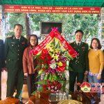 Đồng chí Nguyễn Thị Anh Quang – PCT UBND huyện tặng quà đơn vị CK2 nhân ngày thành lập 22/12