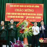 Thường trực Huyện ủy tặng quà chúc mừng BCH Quân sự huyện