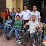 Bệnh viện phục hồi chức năng trao dụng cụ trợ giúp cho người khuyết