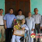 Đồng chí Phùng Thành Vinh – Phó bí thư, chủ tịch UBND huyện trao huy hiệu 65 năm tuổi Đảng cho ông Nguyễn Hoàng Thượng