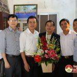 Các đồng chí lãnh đạo huyện chúc mừng trung tâm dân số nhân ngày truyền thống.
