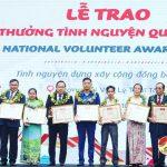 Anh Nguyễn Tất Hùng dành tiền thưởng tặng áo ấm cho các em học sinh nghèo