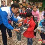 Thanh niên tình nguyện xuất sắc cấp Quốc gia  tặng 40 bộ quần áo ấm cho trẻ em