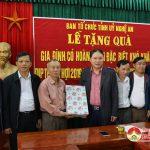 Ban tổ chức tỉnh ủy tặng quà cho các hộ nghèo xã Thượng Sơn, Huyện Đô lương