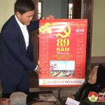 Đồng chí Lê Minh Giang chúc tết các đồng chí lãnh đạo huyện đã nghỉ hưu tại thành phố Vinh.