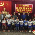 Hội chữ thập đỏ trao 110 bộ quần áo ấm  cho học sinh nghèo xã Tân Sơn