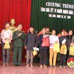 Ban chỉ huy quân sự huyện Đô Lương trao quà tết cho hộ nghèo xã Đại Sơn.