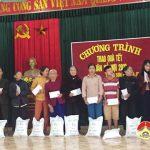 Đồng chí Lê Minh Giang – Phó bí thư thường trực Huyện ủy trao quà tết cho hộ nghèo tại xã Trung Sơn