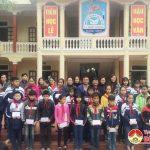 Đồng chí Ngọc Kim Nam – Bí thư huyện ủy về thăm và tặng quà cho học sinh nghèo học giỏi trường THCS Lý Nhật Quang.