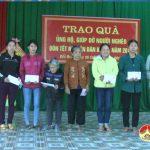 Xã Bồi Sơn trao quà cho các gia đình có hoàn cảnh khó khăn