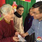 Đồng chí Ngọc Kim Nam trao 69 suất qua cho hộ nghèo tại xã Xuân Sơn