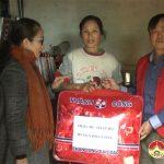 Hội chữ thập đỏ trao quà cho các gia đình có hoàn cảnh đặc biệt khó khăn