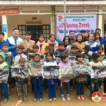 Đoàn xã Quang Sơn:  Tặng 2100 bộ quần áo ấm, chăn và cặp sách tại bản Yên Hương  xã Yên Hòa, huyện Tương Dương