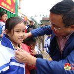 Công ty cổ phần thương nghiệp tặng 20 suất quà cho học sinh nghèo ở Xuân Sơn