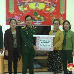 Đồng chí Nguyễn Thị Anh Quang – Phó chủ tịch UBND huyện thăm tặng quà chúc tết các đơn vị quân đội.