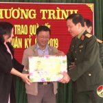 Thiếu tướng Hà Tân Tiến – Phó tư lệnh quân khu 4 tặng quà cho hộ nghèo tại xã Trung Sơn.