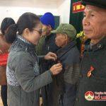 Đảng bộ xã Trung Sơn trao tặng huy hiệu Đảng  cho các Đảng viên.