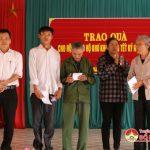 Các đơn vị tặng quà tết cho người nghèo tại xã Tràng Sơn