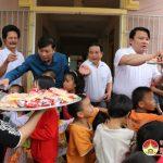 Đồng chí Lê Hồng Vinh – Phó  Chủ tịch UBND Tỉnh, lãnh đạo huyện Đô Lương, Anh Sơn tặng quà các cháu tật nguyền.