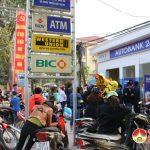 Hàng trăm người chờ đợi rút tiền tại cây ATM.