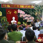 Các đồng chí lãnh đạo huyện thăm, tặng quà chúc tết các đơn vị làm nhiệm vụ trực tết.