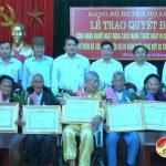 Trao Quyết định công nhận người hoạt động cách mạng trước ngày 1/1/1945 và trao huy hiệu 65, 70 năm tuổi Đảng.