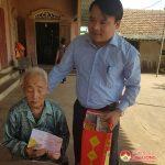Đồng chí Phùng Thành Vinh- Phó bí thư, Chủ tịch UBND huyện trao quà mừng thọ cho các cụ 100 tuổi.