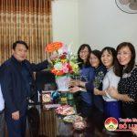 Các đồng chí lãnh đạo huyện tặng hoa chúc mừng hội phụ nữ