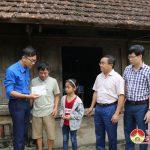 """Nhóm """" Đô Lương chia sẻ yêu thương"""" trao quà cho các gia đình có hoàn cảnh khó khăn"""
