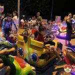Hàng trăm người đưa con em ra khu Đô thị vườn xanh Thị trấn để vui chơi.