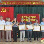 Đảng bộ xã Trung Sơn trao huy hiệu Đảng cho các đảng viên