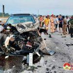 Xe ô tô 5 chỗ nát đầu sau vụ va chạm với xe tải